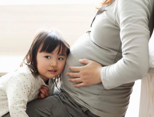 Tâm lý con trẻ khi mẹ có thêm em bé