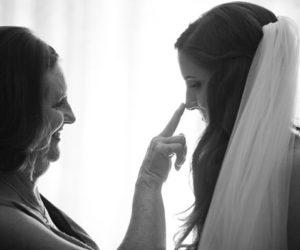 Tại sao con phải lấy chồng hả mẹ?