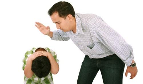 trẻ bị đánh đòn 1